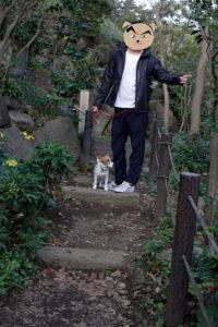 階段を上る子犬テバちゃん