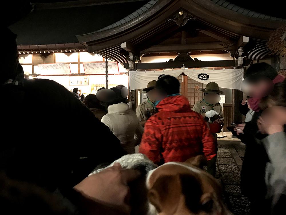 お神酒の列に並ぶ子犬テバちゃん