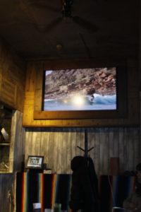 店内のサーフィン動画